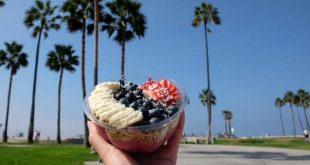One of the food bloggers in Los Angeles showing a delicious bowl of fruits on Venice beach.