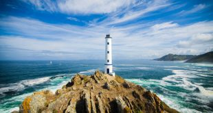 Cabo Home lighthouse, located on the coast of Pontevedra, one of the cities from which to start some of the best tours for foodies in Galicia, Spain.